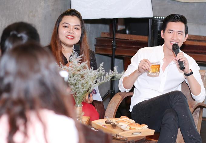 Nhân dịp sinh nhật, Võ Cảnh tổ chức buổi họp fan tại TP HCM. Anh mặc áo sơmi trắng, quần jean đơn giản.