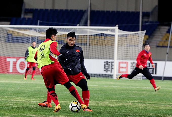 Bên cạnh các bài huấn luyện quen thuộc được các cầu thủ vận dụng khá nhuần nhuyễn, nhà cầm quân người Hàn Quốc cũng chỉ đạo các học tròtích cực di chuyển chiếm lĩnh các vị trí trên sân nhằm cảm nhận rõ hơn, định hướng tốt hơn về không gian thi đấu của SVĐ Kunshan Sport Center.