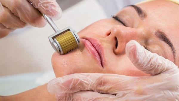 Phương pháp lăn kim còn được gọi là liệu pháp tăng sinh collagen, bởi cơ chế đặc thù giúp tăng khả năng sản sinh collagen nhằm khắc phục các khiếm khuyết của da một cách tự nhiên và an toàn.