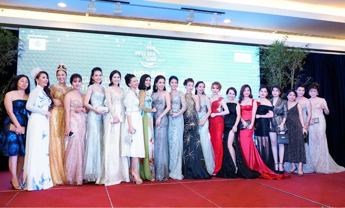 Sự kiện quy tụ đông đảo các hoa hậu, á hậu với váy áo lộng lẫy.
