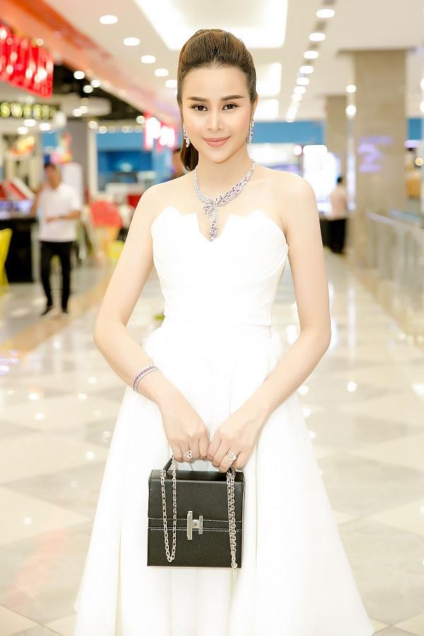 Người đẹp chọn chiếc váy quây trắng của nhà thiết kế Lê Thanh Hòa, khoe bờ vai thon nuột nà. Cô còn kết hợp váy với trang sức, túi xách Hermes, giày cao gót màu bạc,tổng giá trị khoảng ba tỷ đồng.