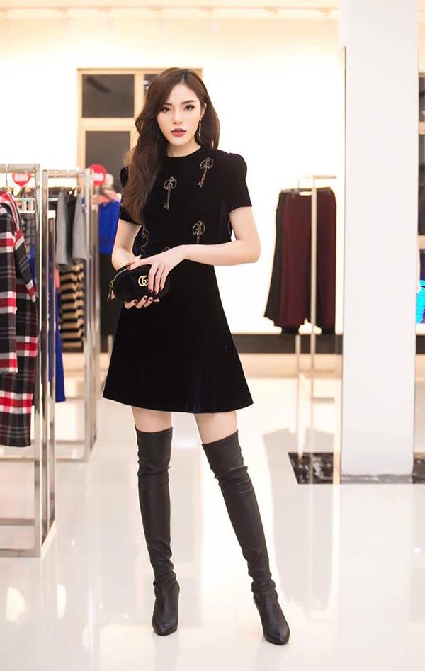 Thiết kế đầm nhung phù hợp với xu hướng thời trang mới được Hoa hậu VN 2016 Kỳ Duyên chọn lựa để phối cùng hot trend bốt cao cổ và túi nhỏ xinh của Gucci.