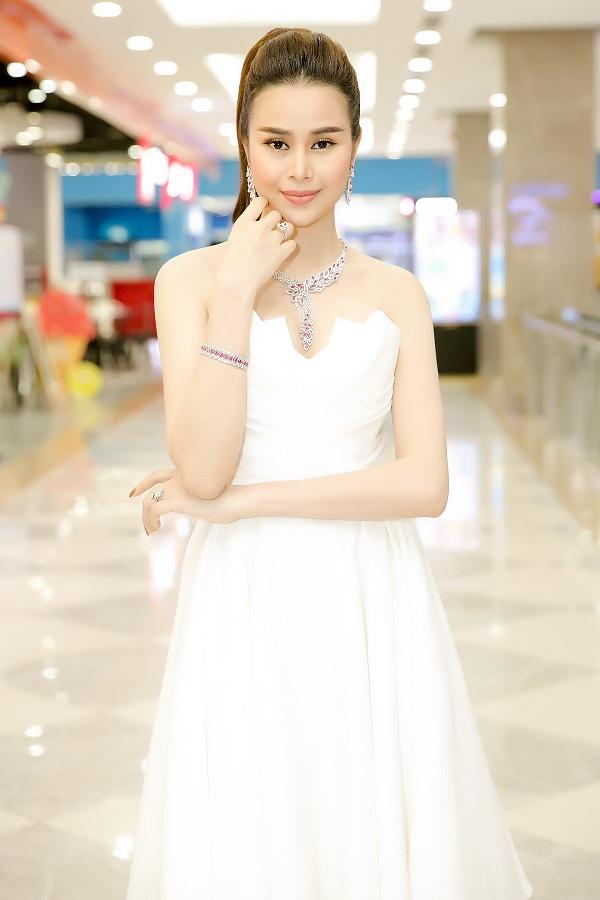 Kể từ khi đăng quan Hoa hậu Điện ảnh 2016, Sella Trương rất chăm chút cho vẻ bề ngoài mỗi lần xuất hiện. Lê Thanh Hòa là một trong những nhà thiết kế Việt được cô yêu thích và thường xuyên lựa chọn trang phục của anh để dự sự kiện.