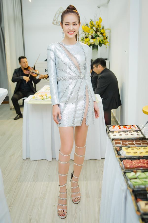 Diệp Bảo Ngọc diện bộ váy ngắn gợi cảm của nhà thiết kế Đỗ Longtrong buổi khai trương spa của cô ở quận 1, TP HCM chiều 9/1. Nữ diễn viên trôngrất rạng rỡ, cuốn hút.