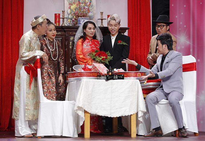 Nam ca sĩ chỉ biết cười, ngượng ngùng đứng bên đàn chị Phi Nhung trong hôn lễ.