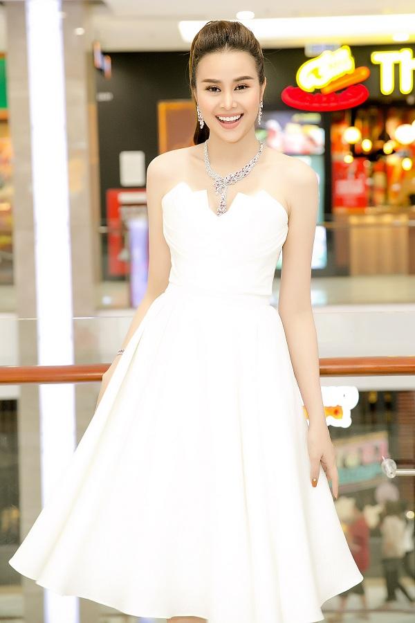 Sella Trương trở về nước từ hồi đầu tháng 12/2017. Hoa hậu cho biết năm 2018, cô sẽ có nhiều hoạt động trong nước hơn. Ngoài tham gia các sự kiện của làng giải trí, người đẹp cũng sẽ góp mặt trong những dự án điện ảnh, thời trang.