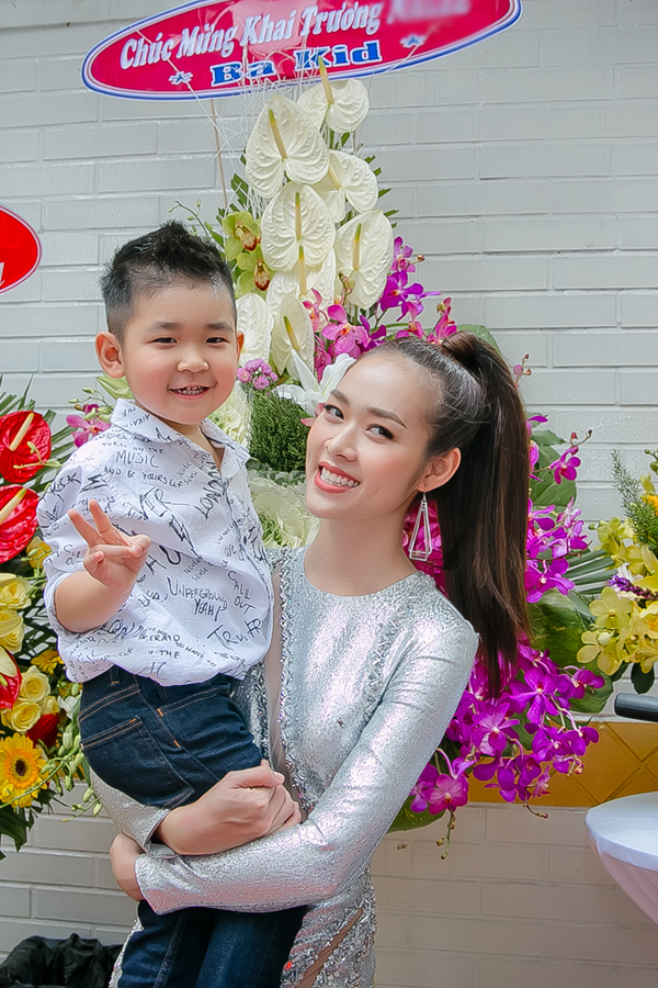 Con trai của Diệp Bảo Ngọc quấn quýt bên mẹ trong ngày khai trương spa. Bé cười tít khi thấy bố - diễn viên Thành Đạt - gửi hoa đến chúc mừng mẹ. Thành Đạt và Diệp Bảo Ngọc kết hôn năm 2012 rồi chia tay cách đây hơn 3 năm.