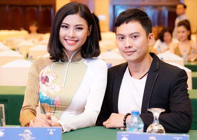 Đào Hà khoe nụ cười tỏa sáng khi chụp ảnh cùng nhà thiết kế Ngô Nhật Huy.
