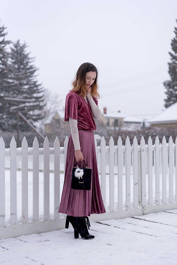 Gam tím hồng cho áo vạt quấn và chân váy dập ly, thêm một điểm nhấn nhẹ nhàng với thiết kế áo dệt kim trắng là set đồ cho các nàng yêu sự lãng mạn.