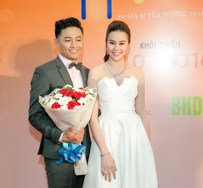 Tại sự kiện, Sella Trương có dịp hội ngộ vớiQuý Bình -diễn viên chính củaphim  Ở đây có nắng. Anhdiện vest bảnh bao, nở nụ cười tươi khi nhận hoa của cô bạn đồng nghiệp.