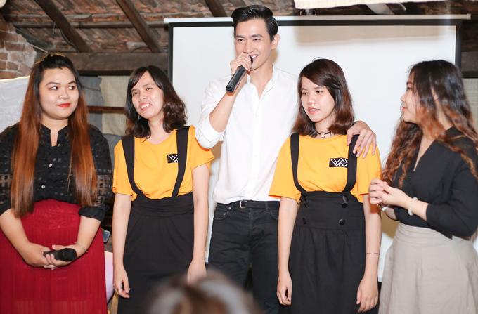 Nam diễn viên chụp ảnh kỷ niệm cùng một số khán giả nữ. Anh cho biết năm 2018 sẽ hoạt động tích cực, có nhiều dự án mới.