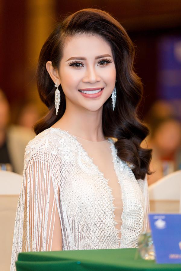 Á hậu Đại sứ Du lịch thế giới Liên Phương xuất hiện với trang phục, phụ kiện tua rua hài hòa.