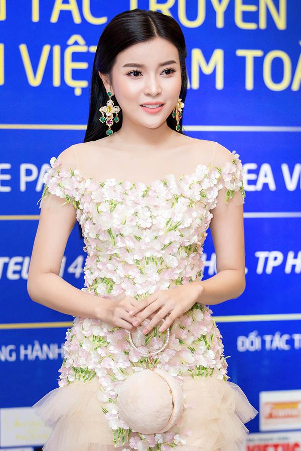 Diễn viên Cao Thái Hà diện váy đính hoa nổi cầu kỳ.