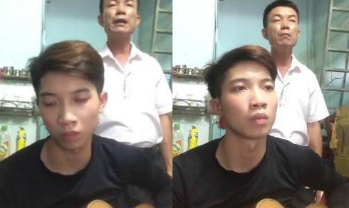 Con trai đệm đàn cho bố hát các ca khúc hot của giới trẻ