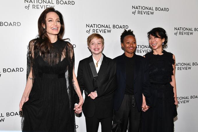 Sau Quả cầu vàng ở Los Angeles hôm 7/1, Angelina Jolie đưa các con đến New York tham dự lễ trao giải National Board of Review tối 9/1. Lần này, chỉ có hai cô con gái Shiloh và Zahara tới thảm đỏ với mẹ. Shiloh gây chú ý khi đeo đai tay vì bị gãy xương đòn.