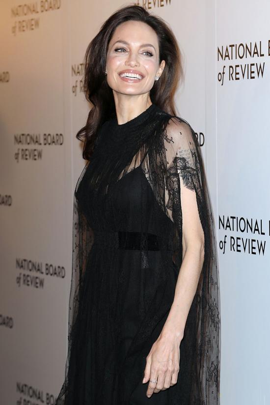 Angelina Jolie quyến rũ trong bộ đầm voan. Nữ diễn viên rất hạnh phúc khi nhận giải Freedom of Expression với bộ phim First They Killed My Father.