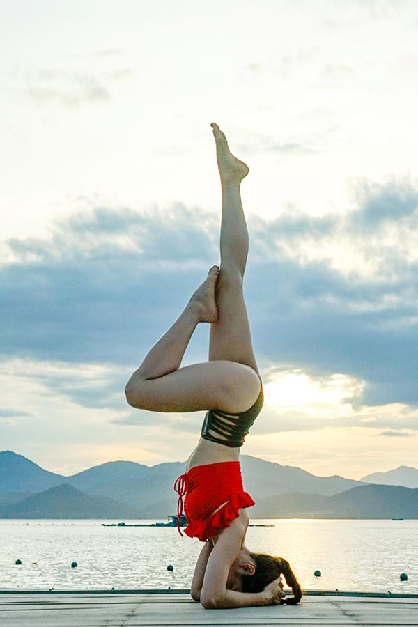 Phương Trinh có thể tập yoga mọi lúc mọi nơi. Nó đã trở thành thói quen của cô nhiều năm nay. Bên cạnh việc tập yoga, Phương Trinh còn tích cực tập gym. Vì vậy, cô sở hữu vóc dáng rất chuẩn.