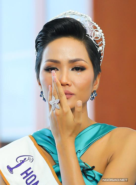 HHen Niê bật khóc khi nói về các cô gái Ê đê kết hôn sớm - 6