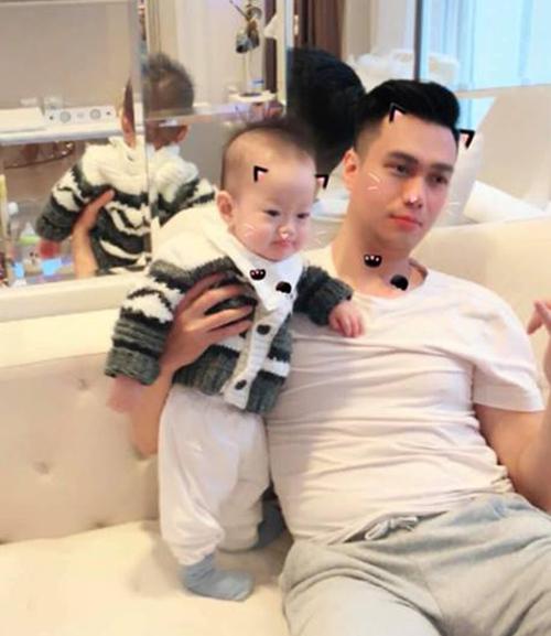 Hai bố con Việt Anh ngồi xem tivi. Nam diễn viên chia sẻ: Ông con xem đến cảnh mấy người đẹp xuất hiện thì đứng ngồi không yên, chăm chú hẳn.