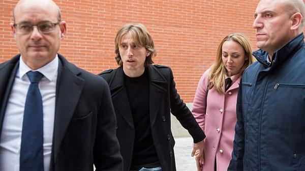 Modric và vợ Vadja cùng đến tòa ở Madrid. Ảnh: NS.