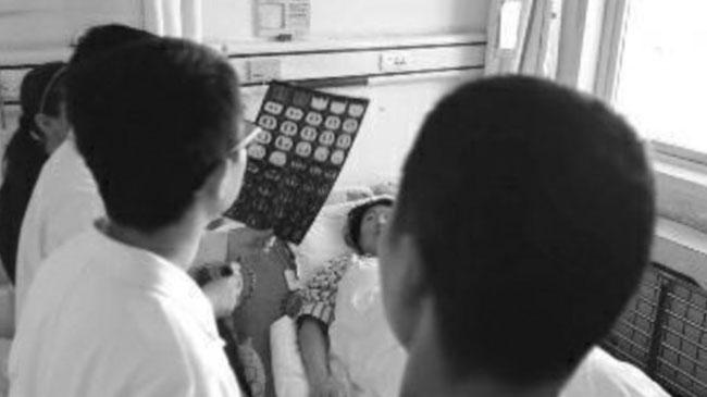 Các bác sĩ đọc kết quả siêu âm của nữ bệnh nhân. Ảnh: SCMP.