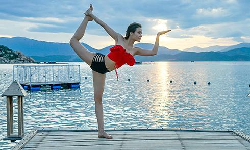 Phương Trinh Jolie tập yoga khoe thân hình gợi cảm ở Phú Quốc
