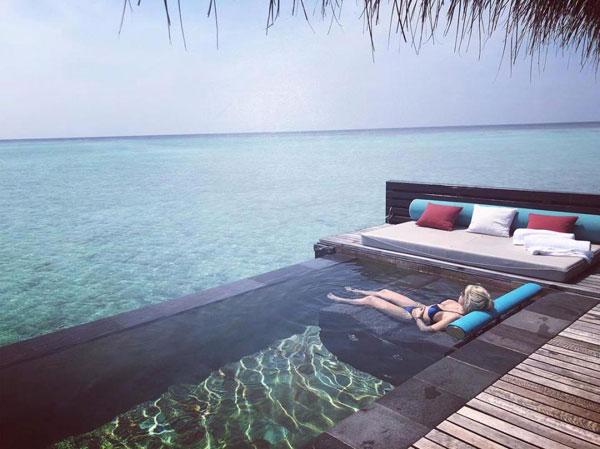 Mauro Icardi và Wanda Nara thảnh thơi tận hưởng nắng vàng, biển xanh trong khu nghỉ dưỡng riêng tư.