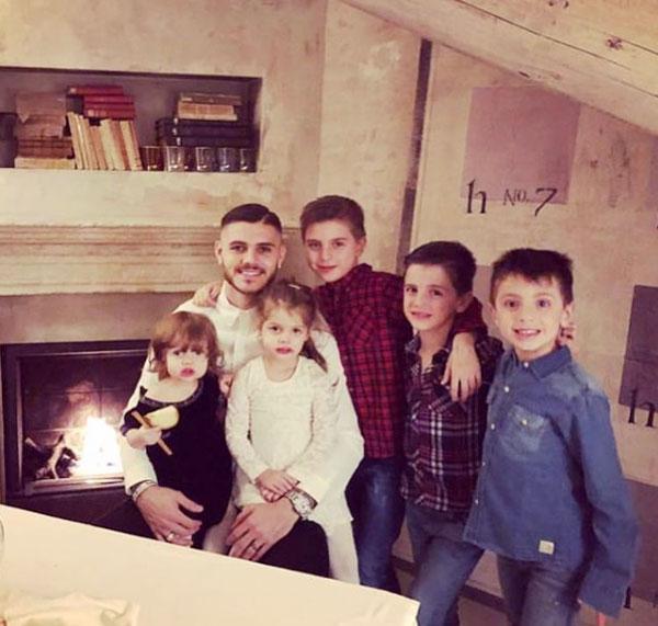 Ông bố 24 tuổi bên hai con gái và ba cậu con trai riêng của vợ.