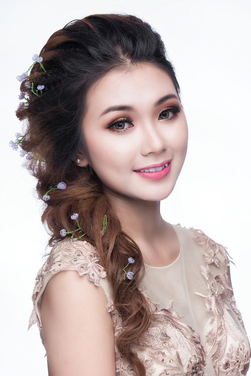 1. Son hồng dịu nhẹ: Trang điểm khuôn mặt với lớp nền trắng sáng luôn là lựa chọn của đa số cô dâu trong ngày trọng đại. Bởi nó không chỉ tôn lên nét dịu dàng mà còn dễ kết hợp màu son môi, phấn mắt hay phong cách váy cưới, tạo kiểu tóc...