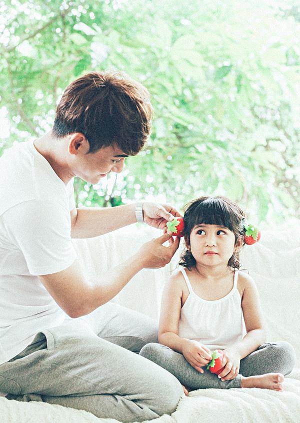 Ưng Đại Vệ chia sẻ hình ảnh chơi đùa cùng con gái cưng có tên ở nhà là bé Múi.