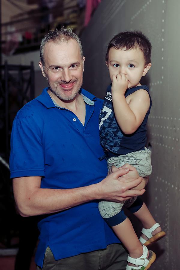 Ông xã bế con trai nhỏ đến xem Lý Thanh Thảo ghi hình tập 9 Người nghệ sĩ đa tài.