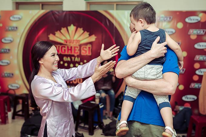 Vừa gặp con, nữ diễn viên vui mừng chạy ra ôm.