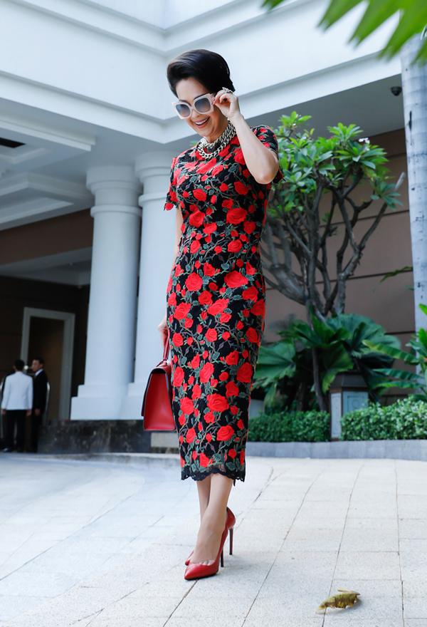 Chị khéo phối hợp phụ kiện giày và túi xách đồng điệu với trang phục. 10 năm qua Diễm My là nàng thơ của nhà thiết kế Đỗ Mạnh Cường.