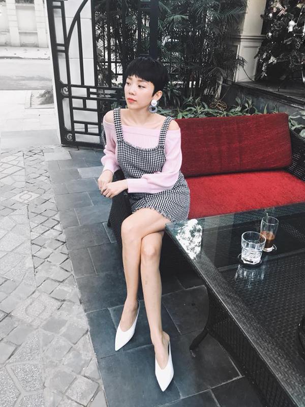 Không hổ danh là một trong những fashionista nổi tiếng của làng nhạc Việt, ca sĩ Tóc Tiên không để mình nằm ngoài trào lưu ăn mặc thịnh hành. Váy ca rô xé gấu cá tính được cô phối hợp cùng áo trễ vai tông hồng gọt ngào.
