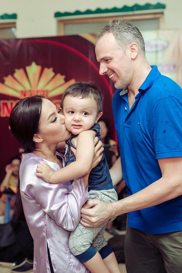 Lý Thanh Thảo hôn lên má cậu con trai đáng yêu dù chỉ mới xa nhau vài tiếng đồng hồ.