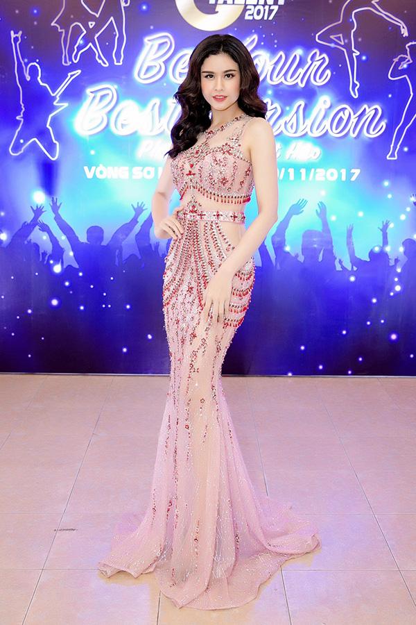 Trương Quỳnh Anh diện bộ váy xuyên thấucủa Đỗ Long, khoe thân hình đồng hồ cát với đường cong bốc lửa.