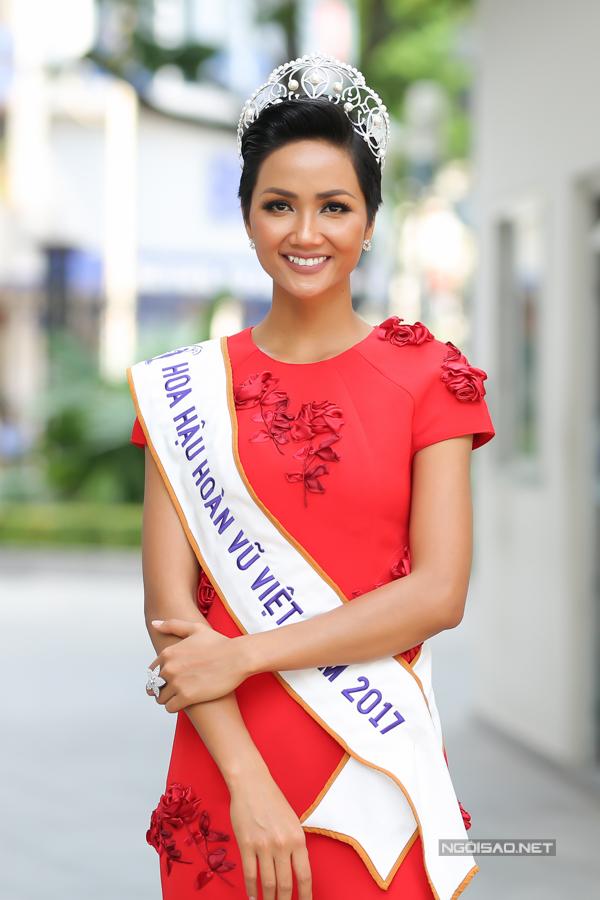 Gia cảnh nghèo khó của 3 người đẹp Hoa hậu Hoàn vũ Việt Nam 2017