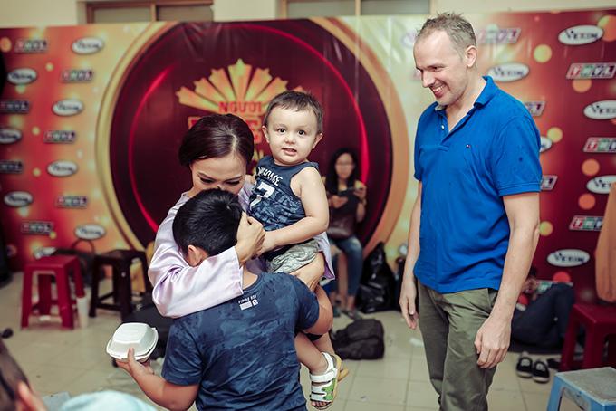 Bé Gia Khánh - con trai đầu của Lý Thanh Thảo với chồng cũ cũng được bố dượng đưa tới.