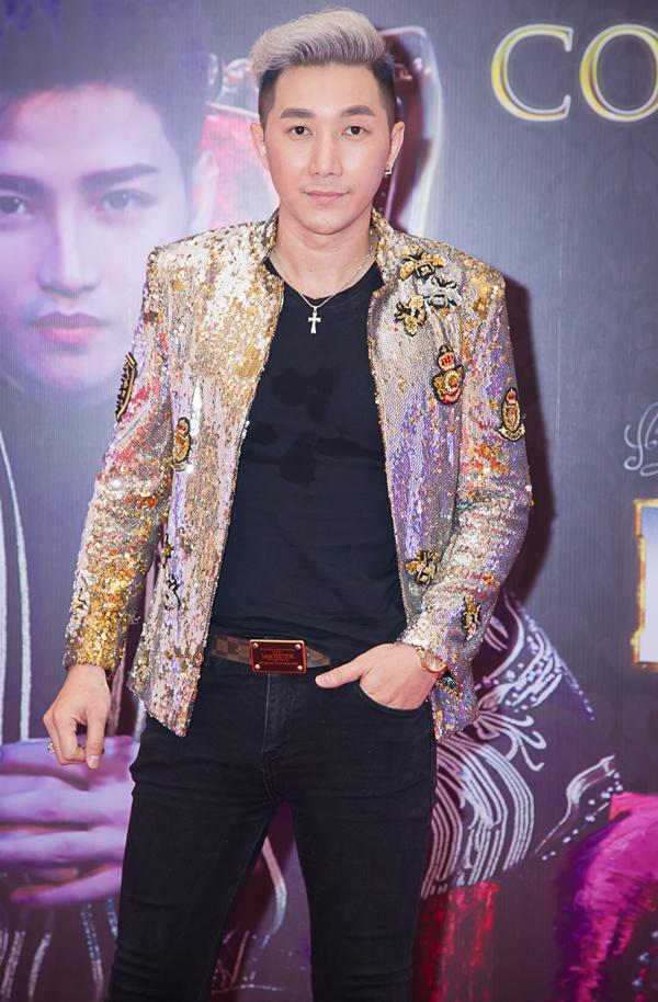 Người mẫu Nam Phong diện áo lấp lánh dự sự kiện.