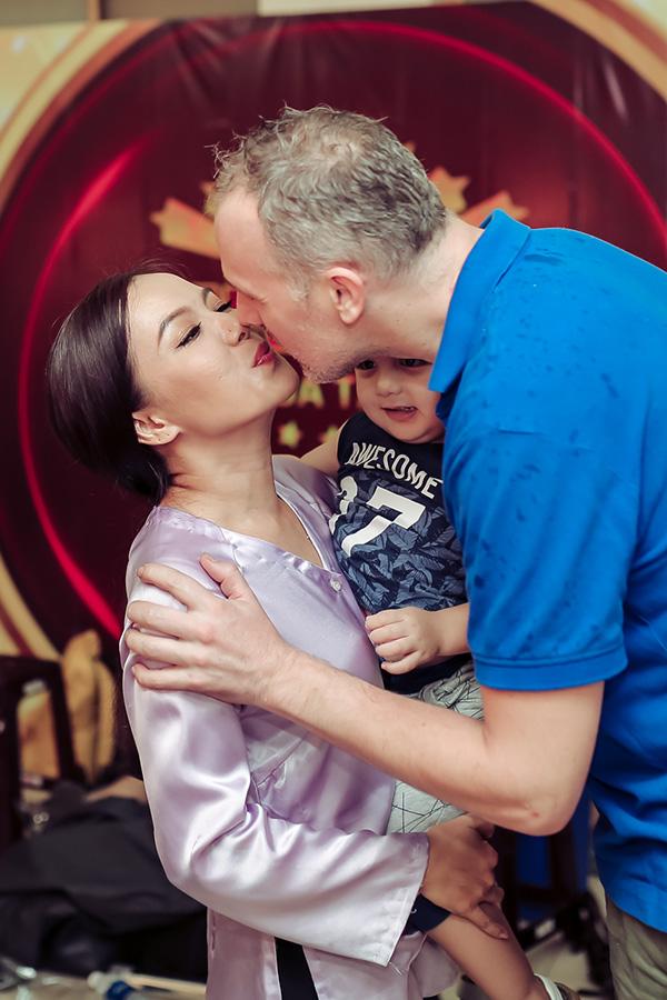 Hai vợ chồng nữ diễn viên trao nhau nụ hôn ngọt ngào trước mặt hai con.