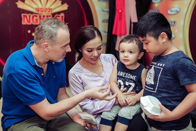 Cả gia đình Lý Thanh Thảo chăm sóc nhau ở hậu trường chương trình.
