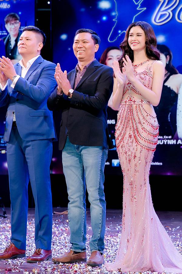 Trương Quỳnh Anh lên sân khấu chào khán giả.