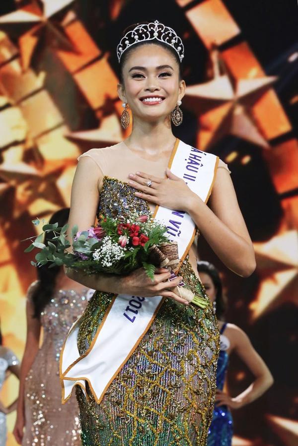 Gia cảnh nghèo khó của 3 người đẹp Hoa hậu Hoàn vũ Việt Nam 2017 - 2