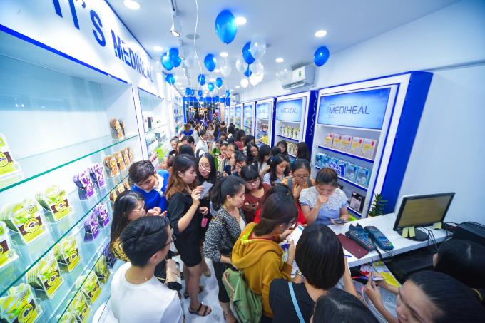 Người trẻ xếp hàng mua mặt nạ Mediheal tại phố đi bộ Nguyễn Huệ - 1
