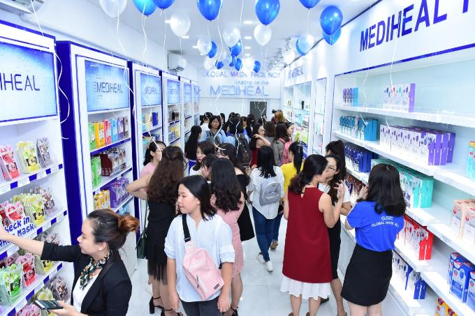 Khi đến tham quan và mua sắm tại showroom mới của Mediheal, các bạn trẻđược tham gia chương trình khuyến mãi mua một tặng mộtcho tất cả sản phẩm tại cả hai chi nhánh.