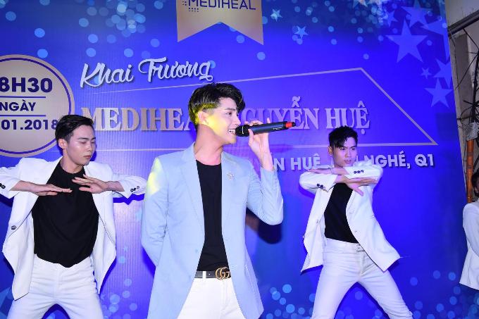Người trẻ xếp hàng mua mặt nạ Mediheal tại phố đi bộ Nguyễn Huệ - 3