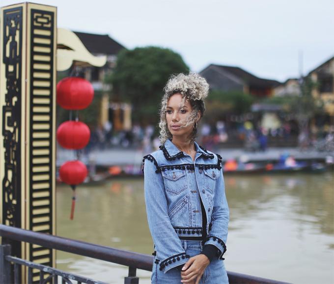 Trong trang phục jeans cổ điển, giọng ca Bleeding Love ghi lại những bức hình ấn tượng tại thành phố cổ Hội An.