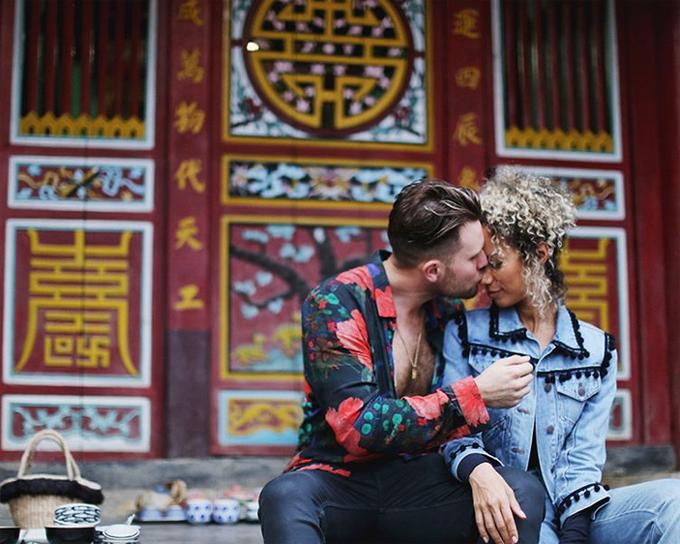 Cặp đôi tình tứ trước một ngôi chùa. Họ đã hẹn hò từ năm 2010.