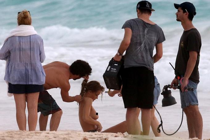 Rosie Huntington-Whiteley gạt bỏ nỗi ngại ngùng để chỉnh bikini. Công việc thực sự của người mẫu nhiều khi không lung linh như những bức hình trên tạp chí.
