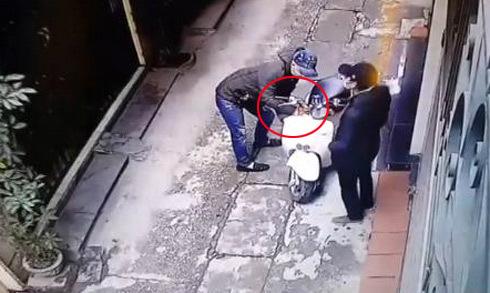 Màn phá khóa xe máy bất thành của ba tên trộm